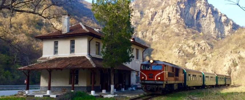 Немски туристи наеха старинни вагони и парен локомотив, за да се возят на теснолинейката
