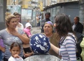 """Заключен вход на ул. """"Бузлуджа"""" посрещна екип за обхват на децата в Пазарджик"""