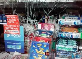 Читателска връзка: Невменяем бездомник потрошил витрината на Заложната къща