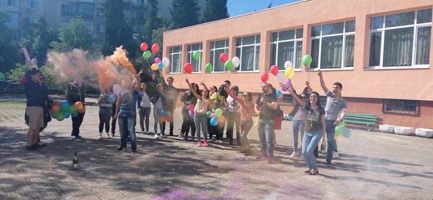 Днес: Зрелостниците се разделят с училището