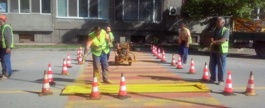 """Обновяват пътната маркировка на бул. """"Александър Стамболийски"""", кърпят дупки на пътя за Ветрен"""
