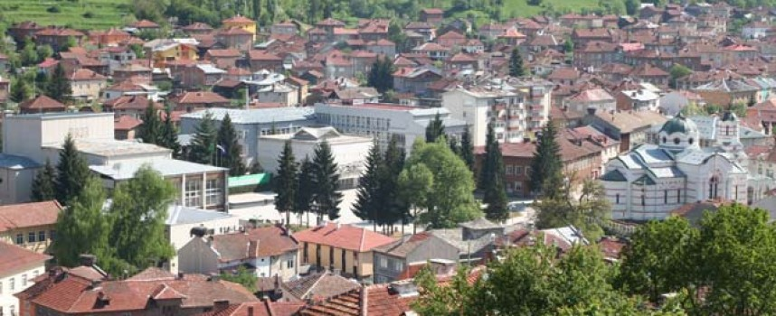 Стрелча, Лесичово и Батак са с население под 6 хиляди души
