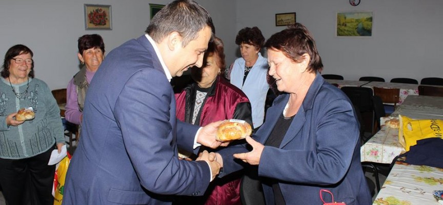 В Септември: Марин Рачев раздаде 1492 козунака и 1520 яйца за Великден