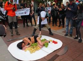 В София: Вегани се пакетираха като месо, за да протестират срещу месоядството, вижте