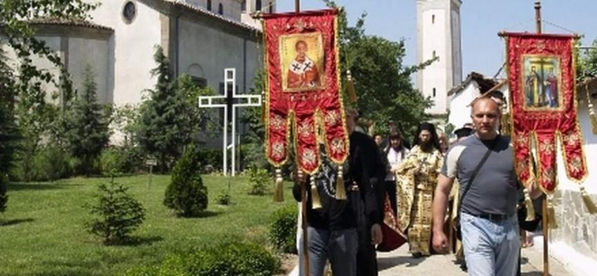 Утре: Чакаме владиката Николай за литургията и шествието до центъра