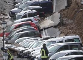 Във Флоренция: 20 коли хлътнаха между Понте Векио и Грации (снимки)