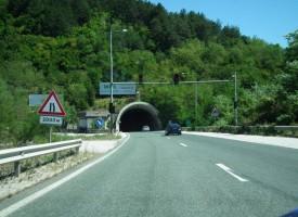 """Ремонтират осветлението на тунел """"Траянови врата"""", движим се в едната тръба"""