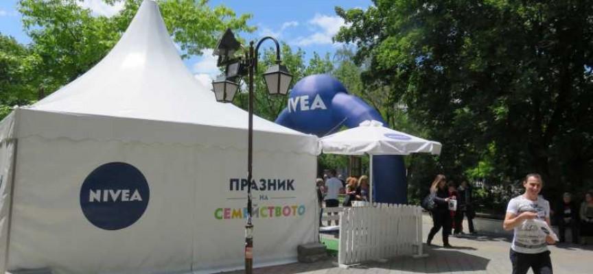 """""""Нивеа"""" раздава безплатни мазила, блъсканица пред Музея"""