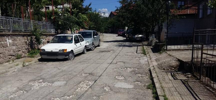 Брациговец изкърпи дупките на пътя пред дома си