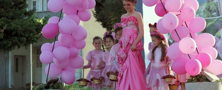 """17 годишна красавица бе избрана за """"Царица Роза"""" в Стрелча"""