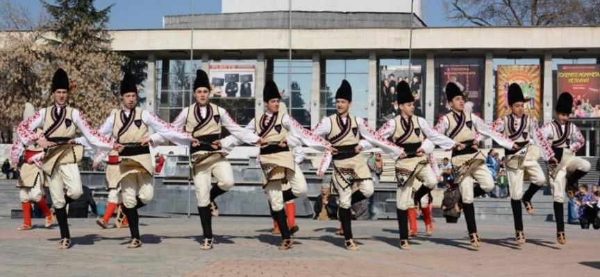 """Концерт на фолклорен оркестър """"Палитра"""" в деня на Съединението"""