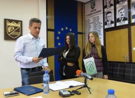 Кметът Тодор Попов купува роклите на две момичета, чийто попечител е