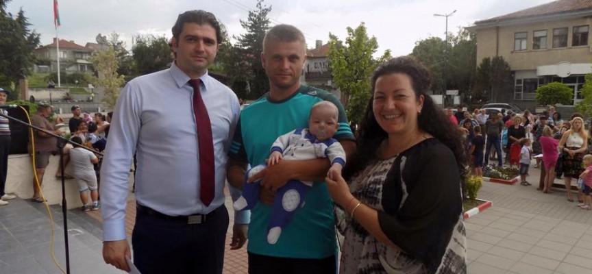 Стойно Чачов дари по 1000 лв. на 16 семейства с новородени през 2016 г.