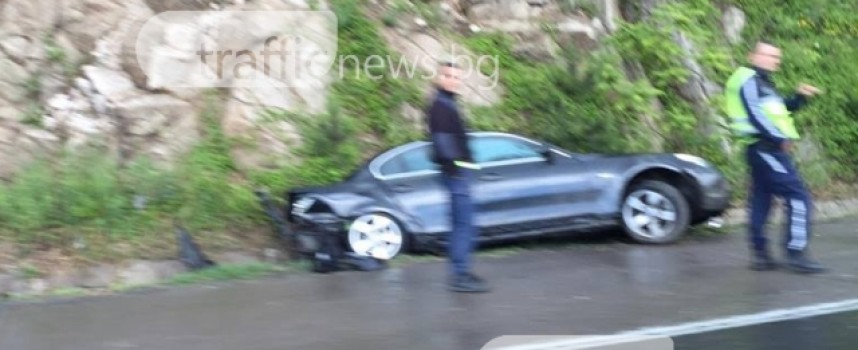 """Заради пороя: Кола излетя от магистралата преди тунела """"Траянови врата"""""""