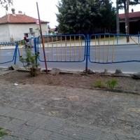 Читателска връзка: Трактор събори ограда в Звъничево, още стои крива