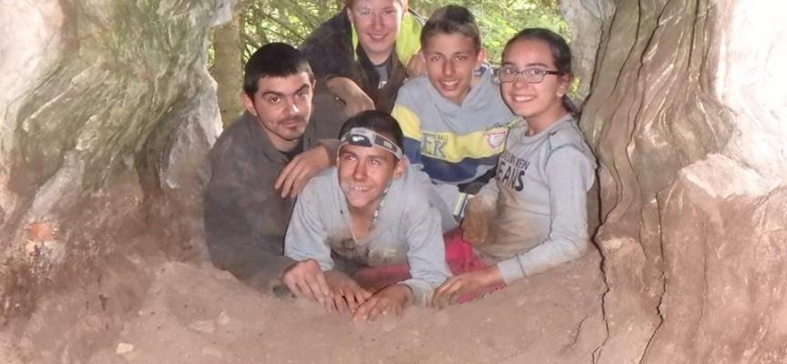 """Млади пещерняци от Ракитово проникнаха в нови галерии на пещерата под """"Калето"""""""