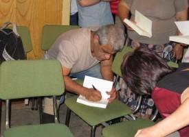 """Али Безсмъртния и писателят Александър Урумов напълниха големия салон на читалище """"Виделина"""""""
