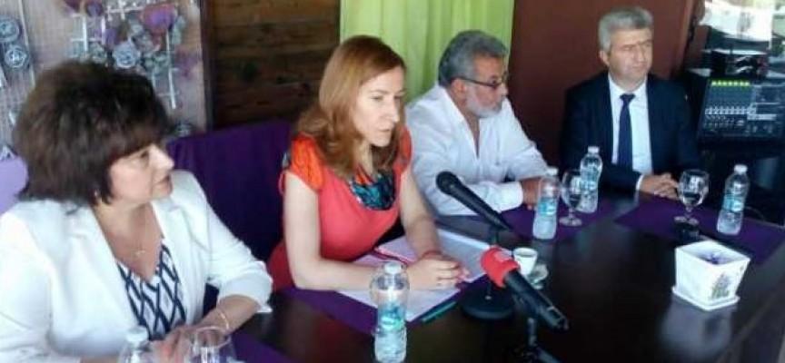 В Батак и Ракитово: Гинче Караминова и Николай Зайчев придружават министър Ангелкова