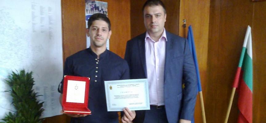 Комисар Рогачев награди млад мъж за върнат потрфейл и документи