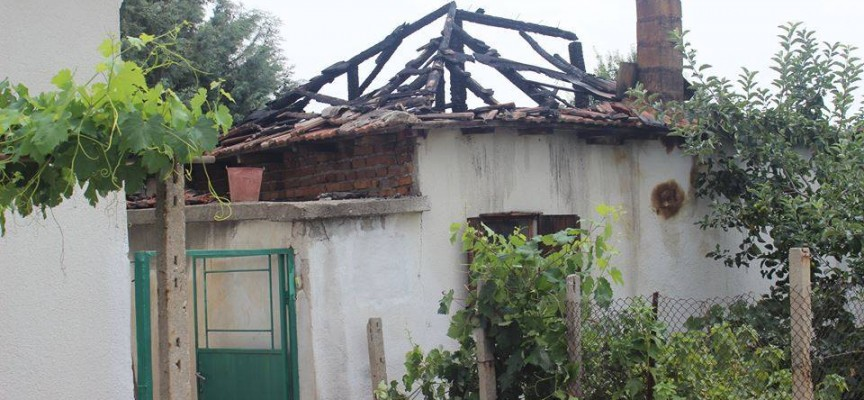 Гръм удари къща в Карабунар, овъгли покрива ѝ