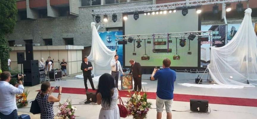 Светска хроника: Кметът на Стрелча гостува на Созопол, дари на града картина на Нистор Хаинов