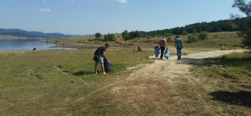Младите на ГЕРБ почистиха района около язовир Батак