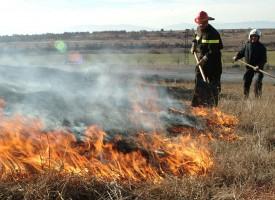 Сухи треви и стърнища горят край магистралата, карайте внимателно на 72 км