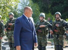 Вижте как посрещнаха премиера Бойко Борисов във военната база в Црънча