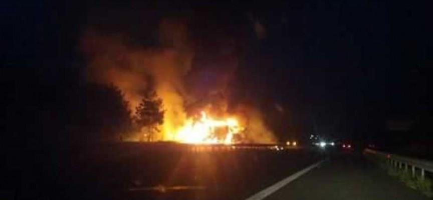 ТИР изгоря на магистралата снощи