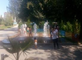 Малчугани играят на гоненица във фонтан на Острова