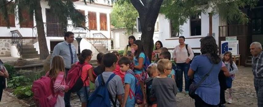 Кметът на Стрелча заведе децата на града до Старосел, за да се сбогуват с ваканцията