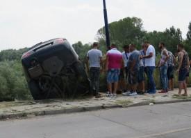 """BMV излетя от пътя в Марица, викнаха """"паяка"""" да го вади"""
