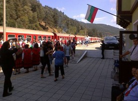 Чудо в планината: 12 вагона пълни с туристи вози днес теснолинейката