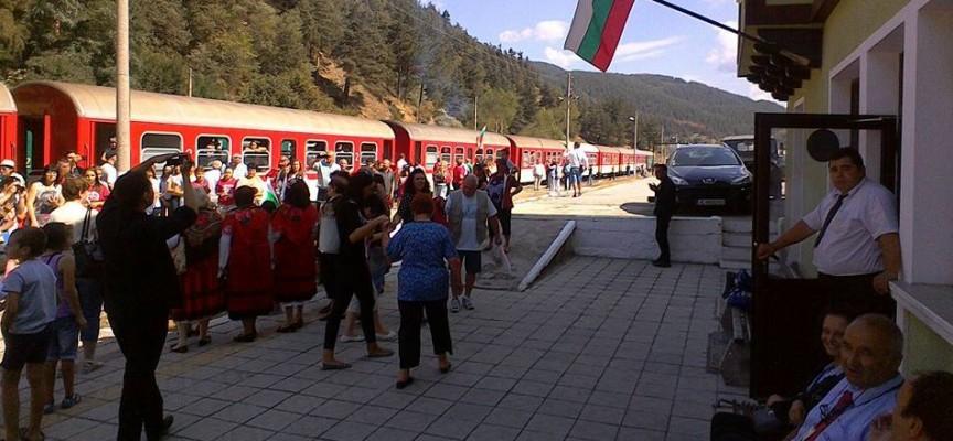 """По теснолинейката: Влак """"Юндола"""" пълен с празнуващи на 1 юли"""