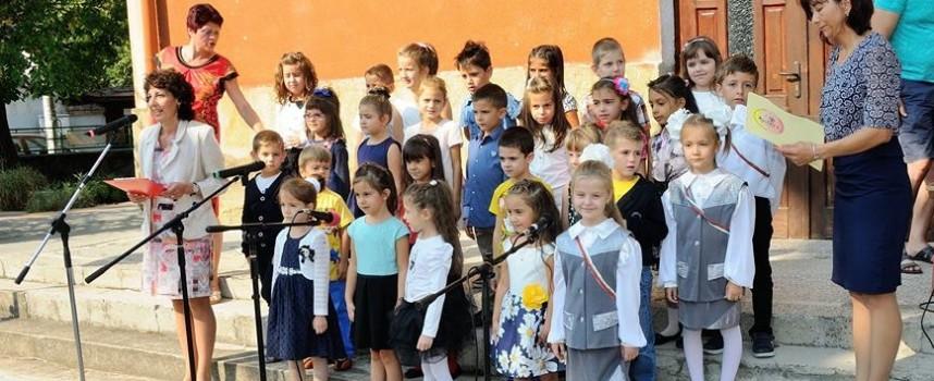 Отзвук: В първия учебен ден – момчетата спортни, момичетата елегантни