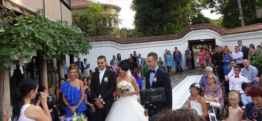 Младоженци се врекоха в любов в двора на къща – музей