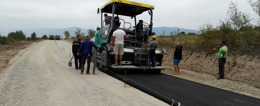 Полагат асфалта на пътя Ветрен – Славовица