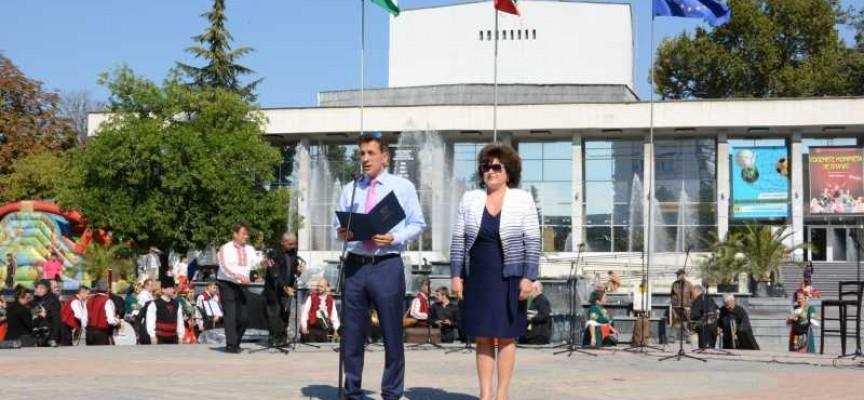 Кметът Тодор Попов издигна националното знаме и поздрави за Деня на независимостта