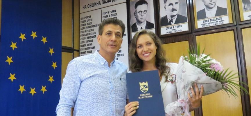 Рени Камберова, Николай Байряков и Димитър Кръстанов с грамота и премия от общината