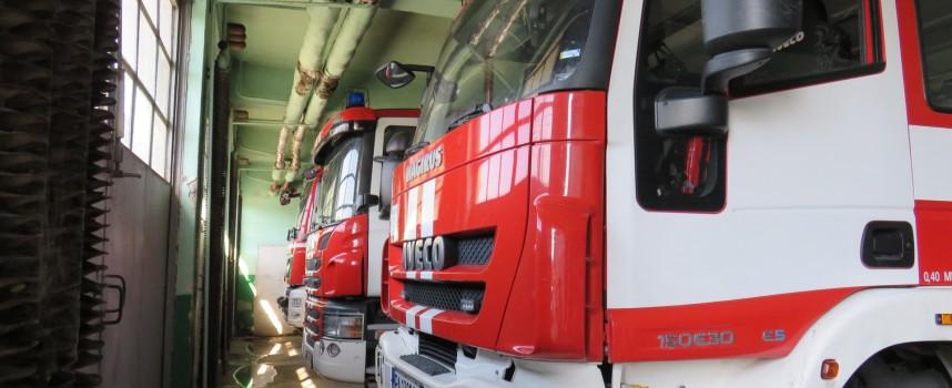 Ужасен уикенд за Пожарната: Горя къща в Памидово, мерцедес на магистралата и дърво затисна кола