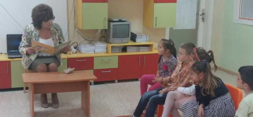 Областният управител Гинче Караминова се включи в маратон на четенето в детска градина Здравец