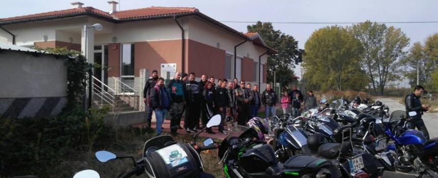 Дрехи и лакомства дариха рокерите на Дома за деца в Звъничево