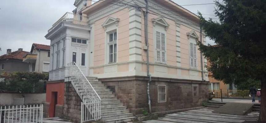 В Пещера: Санират Ритуалната зала и 31 жилища с европари
