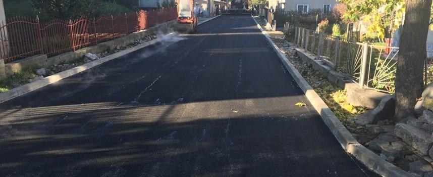 Асфалтираха 7 улици в Сърница, сменят водопровода в Побит камък