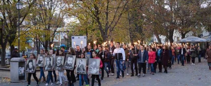 Факелно шествие за будителите озари Пазарджик