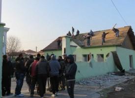 """Роми рушат оградата на Абу Бекир в кв. """"Изток"""""""