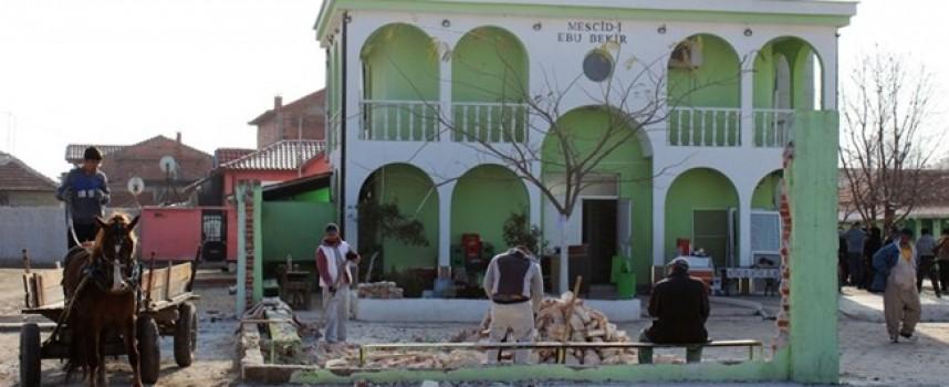"""Ромите събориха оградата на джамията в """"Изток"""", Муса не се появи"""