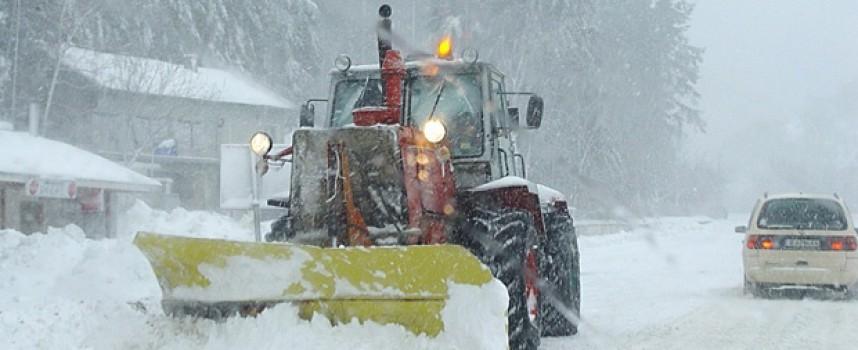 Сняг вали, вали навън вред е бяла зима, два камиона закъсаха в Родопите
