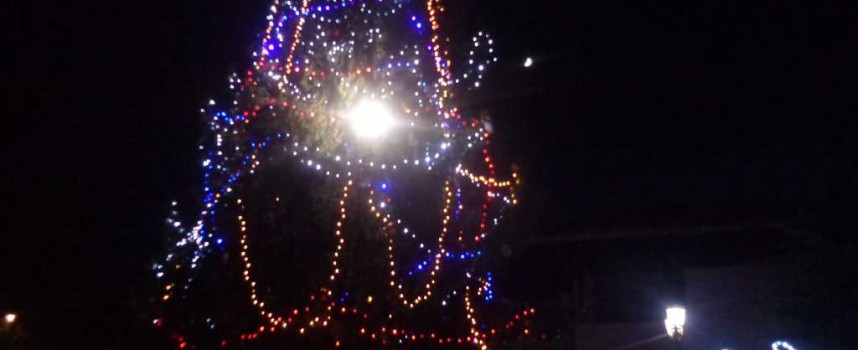 В Брацигово: Грейнаха светлините на Рождественската ясла и коледното дърво