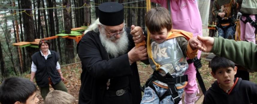 """Над 700 кг хранителни продукти и 588 лв събраха """"Друмев""""-ци за приюта на отец Иван"""